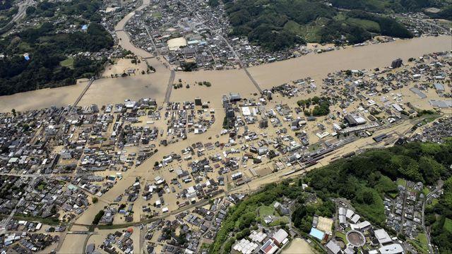 Un quartier résidentiel d'Hitoyoshi inondé par la rivière Kuma, qui a débordé à cause des pluies torrentielles. Japon, le 4 juillet 2020. [Kyodo - Reuters]