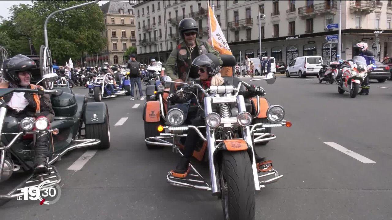 À Genève, c'est la guerre des transports entre les pro-vélos et les pro-voitures: les nouvelles pistes cyclables divisent. [RTS]