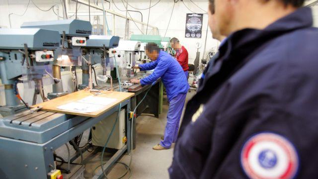 Des détenus travaillent dans un atelier du centre de détention de Muret près de Toulouse le 21 avril 2006. [Georges Gobet - AFP]