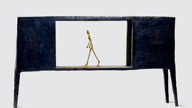 """Alberto Giacometti Figurine dans une boîte entre deux maisons, 1950. Reçu par la Fondation Giacometti dans le cadre de l'exposition """"L'homme qui marche"""". [Succession Alberto Giacometti - Fondation Giacometti + ADAGP ]"""
