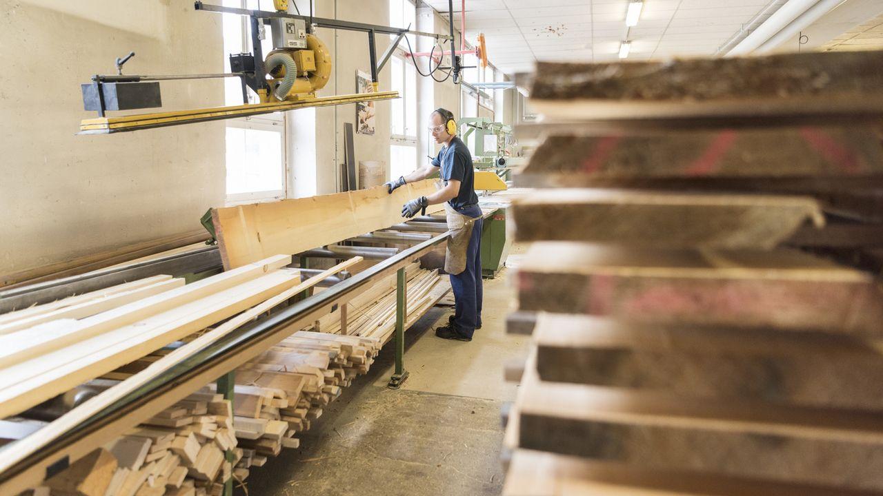 Un menuisier dans l'atelier de production d'équipement sportif Alder et Eisenhut à Ebnat-Kappel (SG). [Christian Beutler - Keystone]