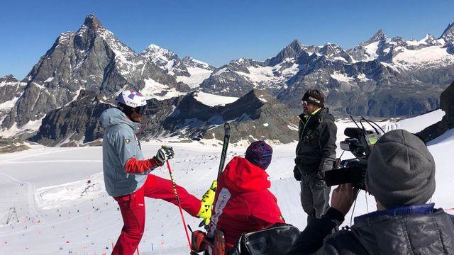 Les Suisses ont remis les skis ce lundi sur le glacier du Petit Cervin. [John Nicolet - RTS]