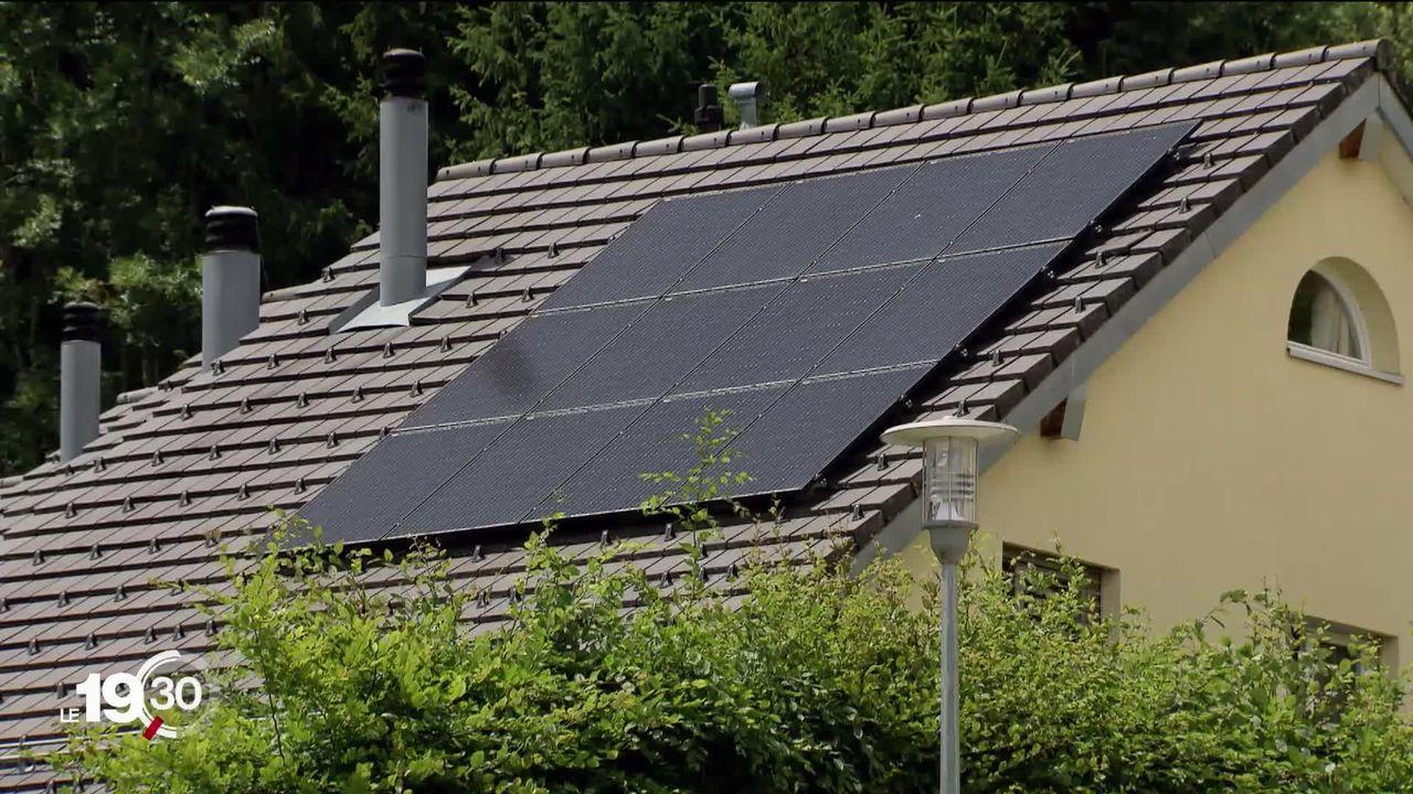 Enquête: les arnaques aux panneaux solaires et aux pompes à chaleur sont répandues en Suisse romande. [RTS]