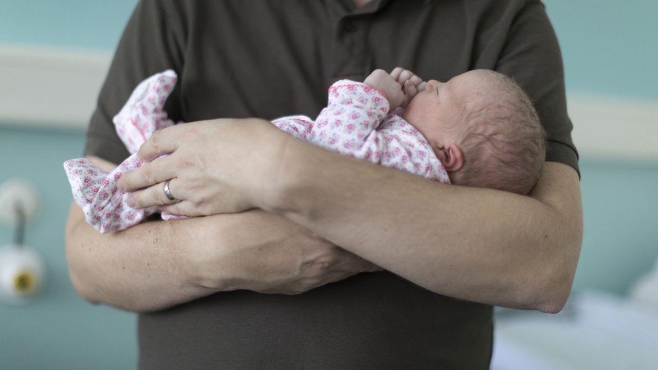 Le coût d'un congé paternité de deux semaines aurait été surestimé. [Gaetan Bally - Keystone ]