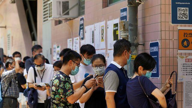 Plus d'un demi-millions de Hongkongais ont participé aux primaires du camp des pro-démocrates, malgré la menace de sanctions en lien avec la nouvelle loi sur la sécurité. [Lam Yik - Reuters]