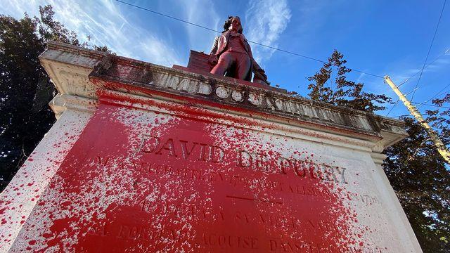 La statue de David de Pury a été éclaboussée de peinture rouge. [Théo Jeannet - RTS]