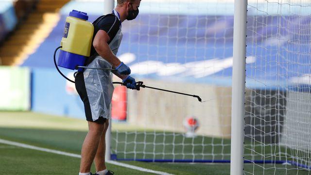 Jeudi 25 juin: désinfection des buts avant un match de championnat anglais de football. [AP Photo/Paul Childs,Pool - Keystone]