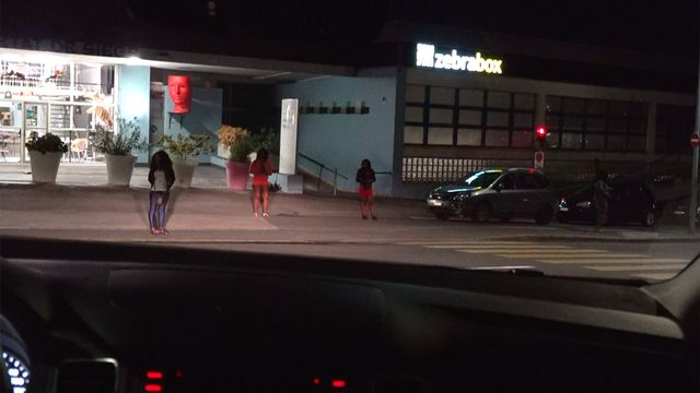 Victimes de traite d'êtres humains, de nombreuses Nigérianes se retrouvent sur les trottoirs de Suisse (ici à Lausanne). [RTS]