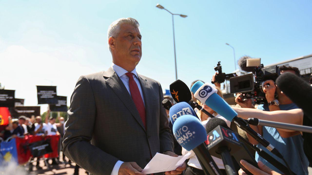 Hashim Thaçi, président du Kosovo, est arrivé à La Haye pour être interrogé par la justice internationale. [Eva Plevier - Reuters]