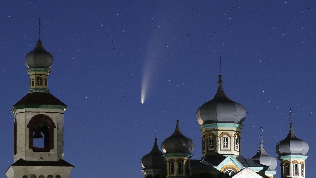 La comète Neowise vue depuis la ville de Turets en Biélorussie, tôt mardi 14.07.2020. [Sergei Grits - AP/Keystone]
