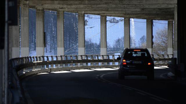 Parmi les tronçons à réhabiliter rapidement figure la route qui mène au Grand-Saint-Bernard. [Maxime Schmid - Keystone]