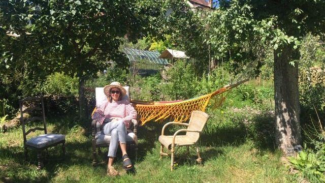Le jardin sauvage de la famille Adriaens-Lavorel. Ici, Aino, la maman, qui nous fait découvrir ce petit eden de 4'000m2 que la famille a aménagé au pied du Jura, dans un petit village au-dessus de la plaine de l'Orbe. [Lucile Solari - RTS]