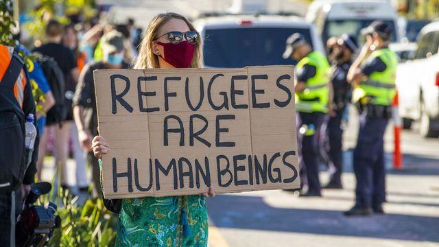 Manifestante devant le Kangaroo Point Central Hotel à Brisbane, 19.07.2020. [Glenn Hunt - EPA/Keystone]