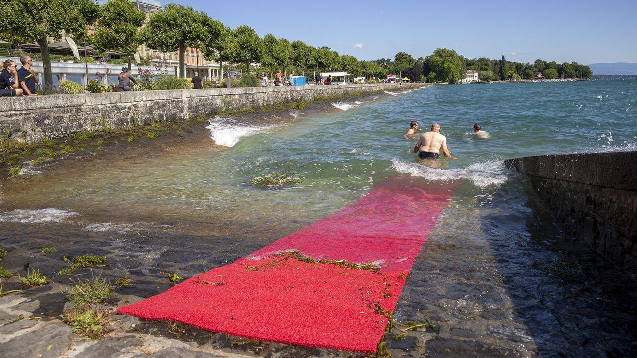 Un tapis rouge a été installé à côté du quai Wilson à Genève pour entrer dans l'eau sans glisser. [Salvatore Di Nolfi - Keystone]
