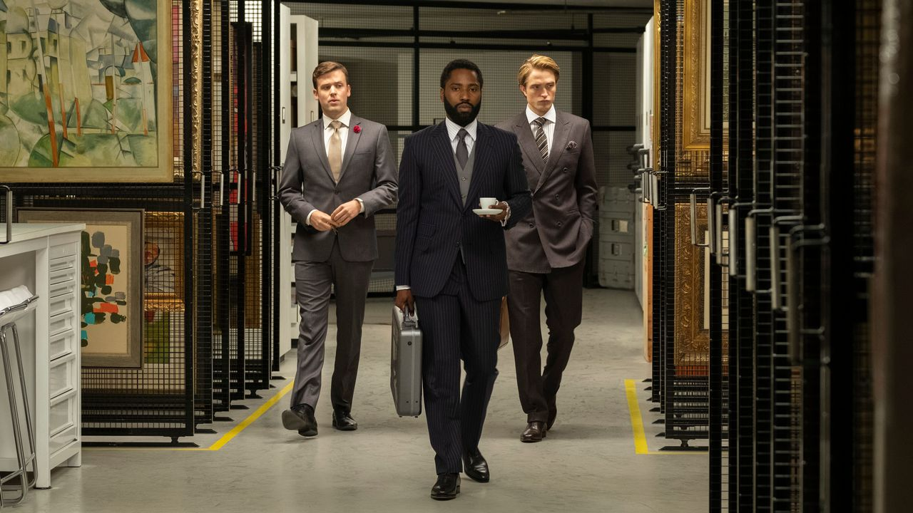 "Jack Cutmore-Scott, John David Washington et Robert Pattinson dans une scène du film ""Tenet"" de Christopher Nolan. [Melinda Sue Gordon - Warner Bros.]"