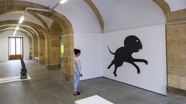"""Une personne regarde des dessins dans l'exposition """"Mechantoupas"""" de l'artiste Gaspard Delachaux le jeudi 16 juillet 2020 au CACY, le Centre d'art contemporain a Yverdon.  [Jean-Christophe Bott - Keystone]"""