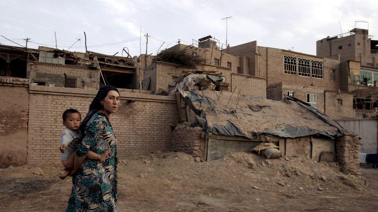 Une femme et un enfant de la communauté ouïghoure dans le Xinjiang, en Chine. [EPA/Michael Reynolds - Keystone]