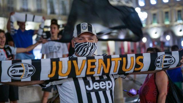 La Juventus et ses supporters ont fêté leur titre dans des conditions particulières, qui ne pourraient pas être appliquées la saison prochaine, à en croire le président de la Fédération italienne de foot. [TINO ROMANO - AP]
