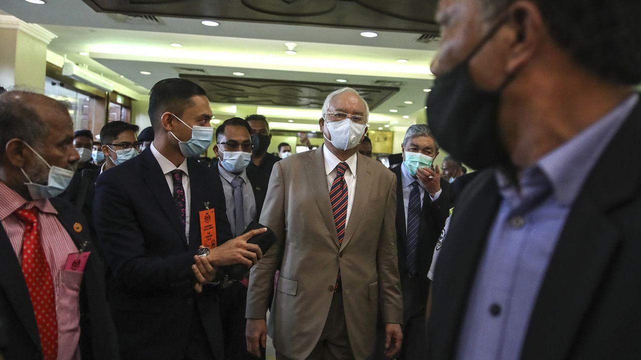 L'ex-Premier ministre malaisien Najib Razak (au centre) a été reconnu coupable de corruption. [Fazry Ismail - Keystone]