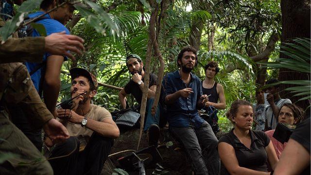 """Sur le tournage du film """"Terrible Jungle"""". [WY PRODUCTIONS/APOLLO FILMS/PRAESENS/GAPBUSTERS]"""