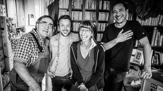 Photo rigolade avec: Le Bel Hubert, Simon Gerber, Sophie Noir et Alberto Malo (de gauche à droite). [Yann Zitouni - RTS]