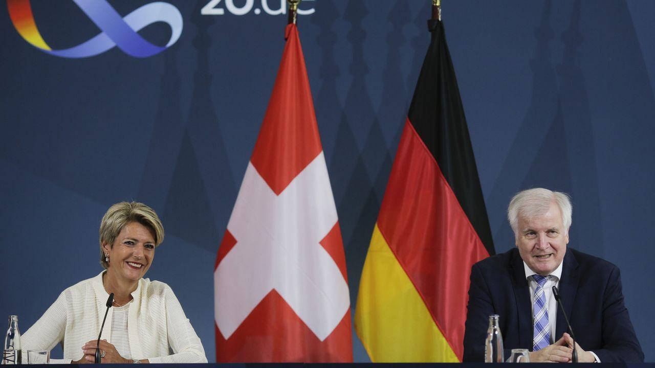 Karin Keller-Sutter a rencontré le ministre allemand de l'Intérieur Horst Seehofer. [AP Photo/Markus Schreiber, Pool - Keystone]