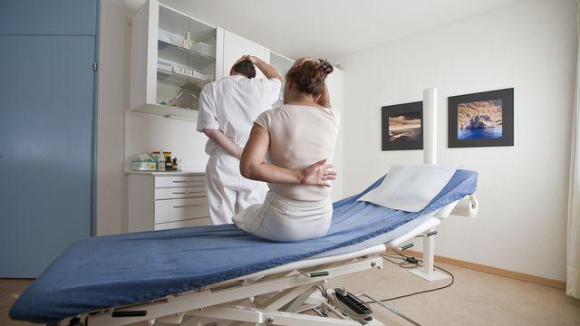 50 % des personnes interrogées dans l'enquête de la ligue suisse contre le rhumatisme ont indiqué souffrir de douleurs dorsales plusieurs fois par semaine à plusieurs fois par mois (photo d'illustration).  [Gaetan Bally - Keystone]
