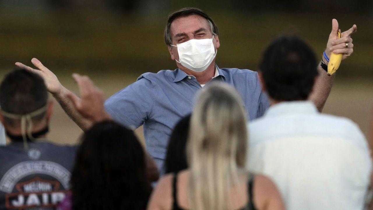 Même contaminé, le président brésilien n'a jamais hésité à aller à la rencontre de ses supporters à Brasilia. [Eraldo Peres - AP/Keystone]