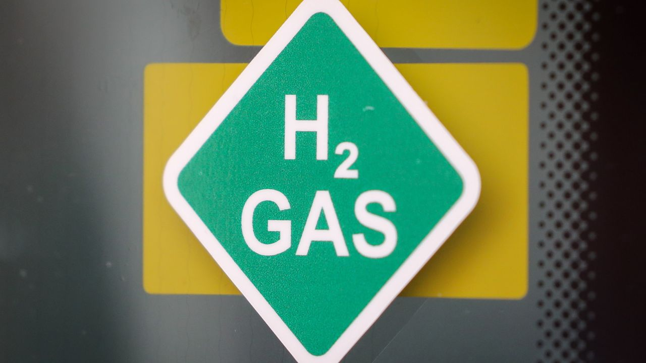Un logo d'hydrogène dans une usine de production d'hydrogène en Allemagne. [Focke Strangmann - Keystone/EPA]
