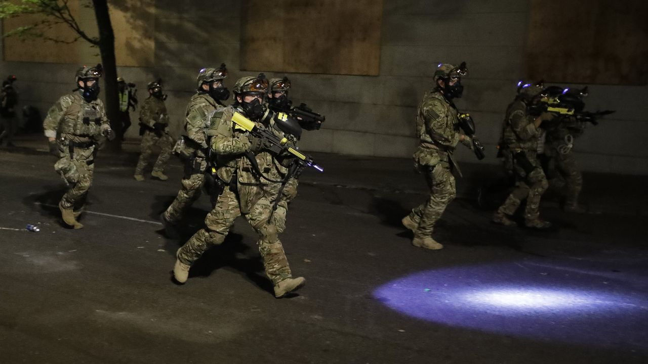 Des agents de la police fédérale dans les rues de Portland. [AP Photo/Marcio Jose Sanchez - Keystone]