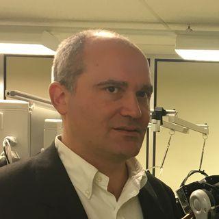 Nicolas Lavarini (à gauche) et Christophe Vesin (à droite) avec le robot Nextage