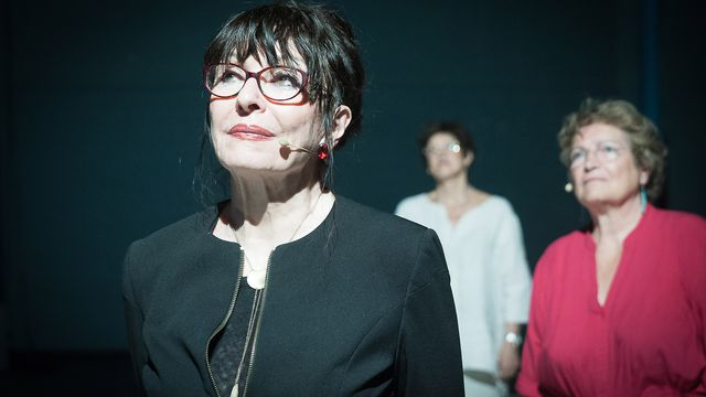 """Yvette Théraulaz dans une scène du spectacle """"Du ciel tombaient des animaux"""" au Théâtre de l'Orangerie. [Jeanne Quattropani - DR]"""