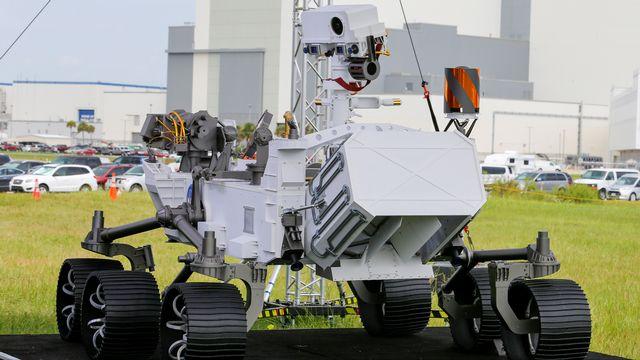Une réplique en taille réelle du rover Perseverance, qui doit fouler le sol martien en février 2021 [Joe Skipper - Reuters]