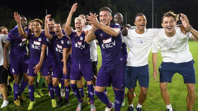 Les joueurs de Lausanne fêtent leur retour dans l'élite du football suisse. [Laurent Gillieron - Keystone]