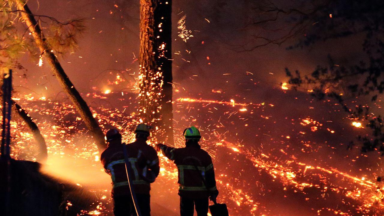 Les pompiers sont en vigilance extrême à cause de reprises de feu près d'habitations. [Bob Edme - Keystone]