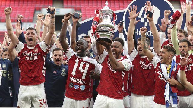 Granit Xhaka (à gauche) empoche son 7e titre toute compétition confondue avec Arsenal. [Keystone]