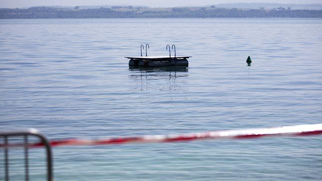 La baignade est toujours interdite ou déconseillée dans le lac de Neuchâtel. [Peter Klaunzer - Keystone]