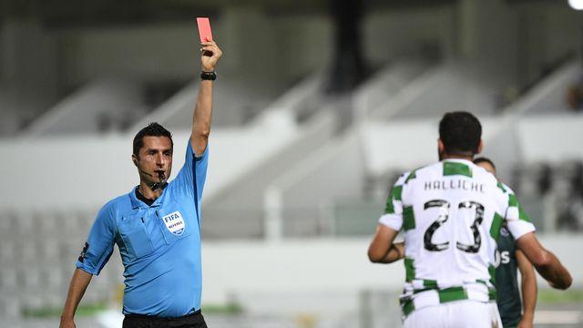 Tousser lors d'un match pourrait être sanctionné d'un carton rouge. [Octavio Passos - Keystone]