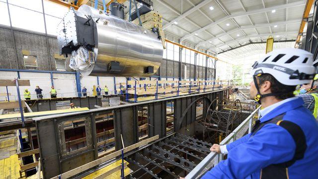 La chaudière du Rhône en cours d'installation dans le chantier de la CGN, 04.08.2020. [Laurent Gilliéron - Keystone]