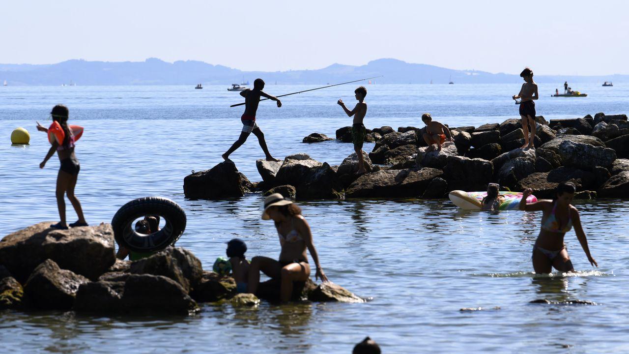 Les baigneurs ont retrouvé les joies de la baignade dans le lac de Neuchâtel (photo du 29 juillet 2020, avant l'interdiction) [Anthony Anex - Keystone]