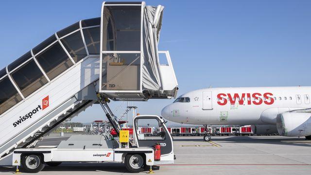 Un avion de la compagnie Swiss dans son aéroport de Zurich-Kloten en avril 2020 [Ennio Leanza - Keystone]