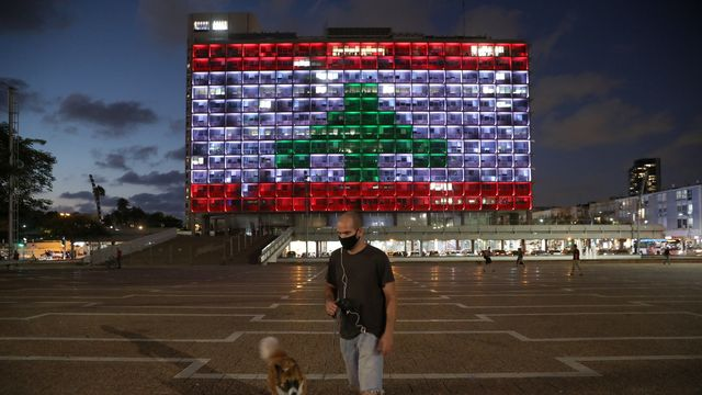 Un bâtiment officiel de Tel Aviv aux couleurs du drapeau libanais, mercredi 05.08.2020. [Abir Sultan - EPA/Keystone]