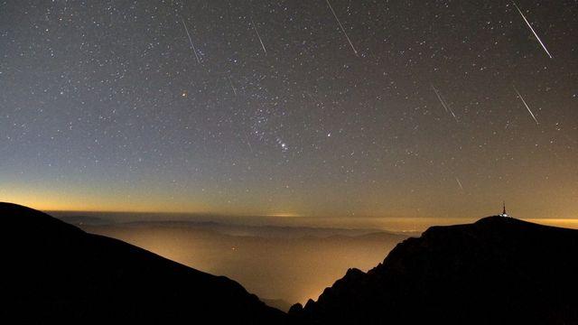 La pluie d'étoiles filantes des Perséides observée en 2017 depuis le mont Omu, dans les Carpates roumaines [Alex Tudorica - AFP/Leemage]