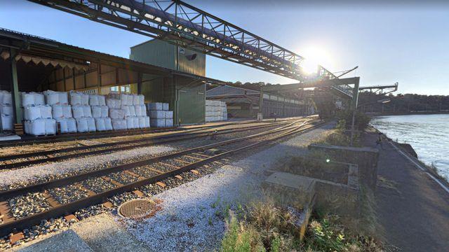 L'entrepôt de Muttenz (BL) où arrivent par péniches des engrais au nitrate d'ammonium. [Google Street View]