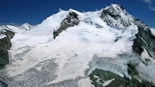 La partie supérieure du glacier de Tourtemagne en 2005, sous le Bishorn (à gauche) et le Weisshorn (à droite). [Steinmann - Domaine public]