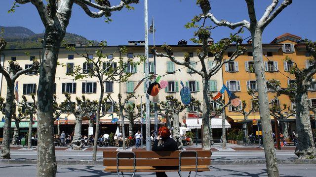 La place principale de Martigny et ses platanes, photographiee le samedi 15 mai 2004. [Olivier Maire - Keystone]