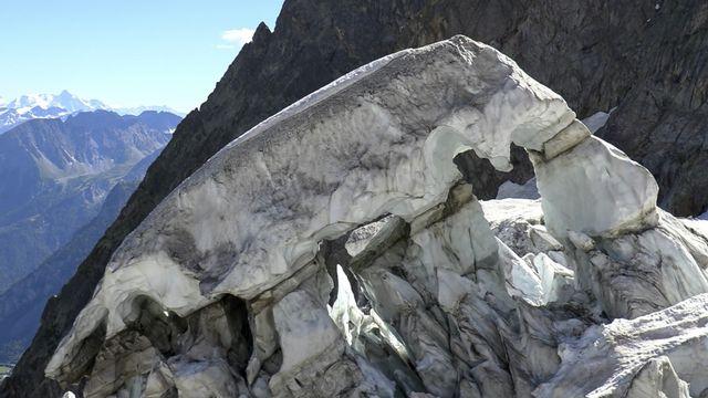 """Les dernières informations recueillies sur le glacier ont """"confirmé un retour aux paramètres de risques habituels"""". [Local Team - AP/Keystone]"""