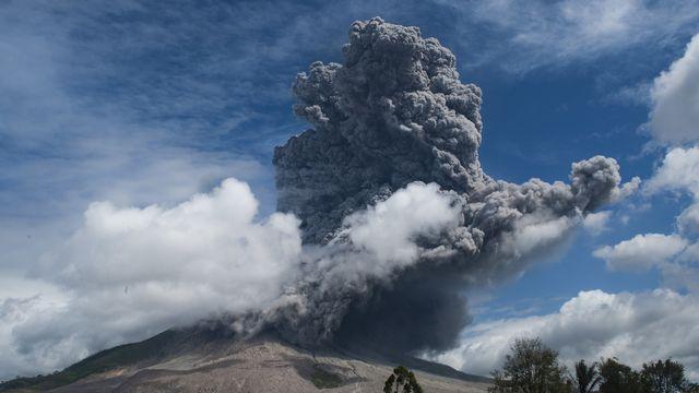 Le volcan Sinabung crache un énorme nuage de cendres. [Sutan Aditya - Keystone/EPA]
