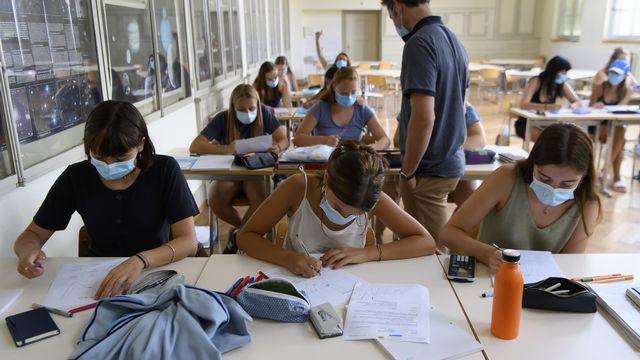 Les élèves du lycée de Kirchenfeld et leur professeur portent des masques de protection pour leur rentrée des classes cette année, le lundi 10 août 2020. [Anthony Anex - Keystone]