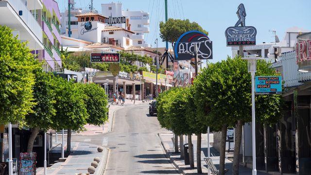 Les bars et les magasins étaient fermés à cause de la pandémie de Covid-19 dans la rue de Punta Ballena, à Magaluf, le 15 juillet 2020. [Atienza - Keystone/epa]